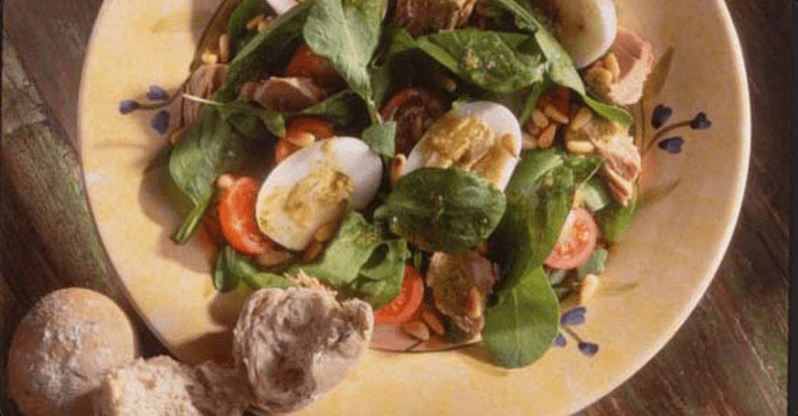 Salad with tuna, pesto and rocket