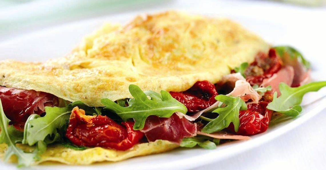 Omelette with rocket, ham and sunblushed tomato