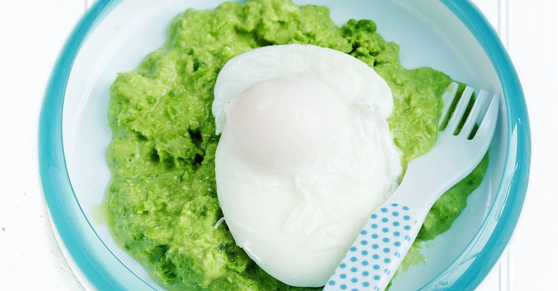 Poached egg on pureed peas