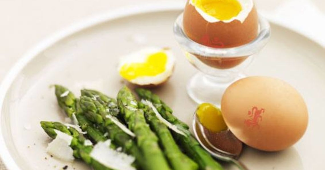 Boiled eggs and asparagus spears
