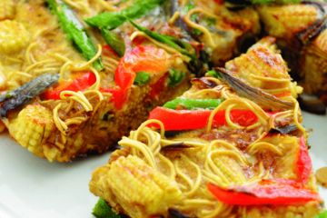 Egg and vegetable noodle slice