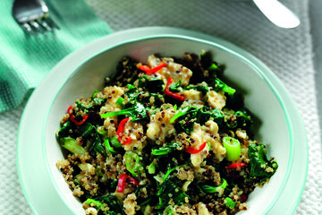 Spicy spinach, egg and quinoa scramble