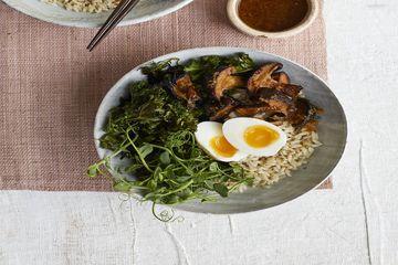 Izy Hossack's egg, crispy kale & mushroom rice bowl