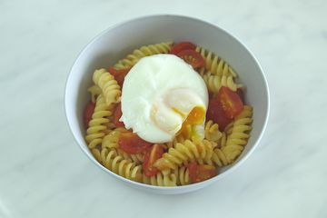Poached egg on veggie pasta